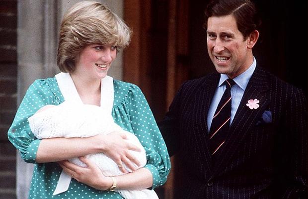 Lady Di com seu primeiro filho no colo