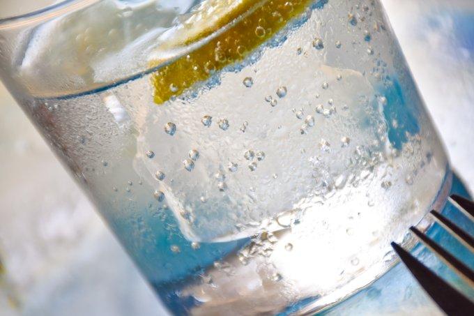 Tomar muita água com gás faz mal para os dentes, afirma estudo