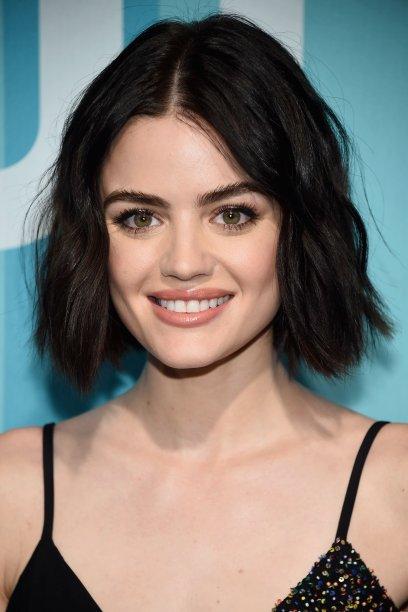 """A marca registrada da Lucy Hale são as sobrancelhas grossas, mas acredita que ela disse que <a href=""""https://capricho.abril.com.br/beleza/a-atriz-lucy-hale-revelou-seu-maior-arrependimento-de-beleza/"""">exagerava na pinça quando era mais nova</a>?"""