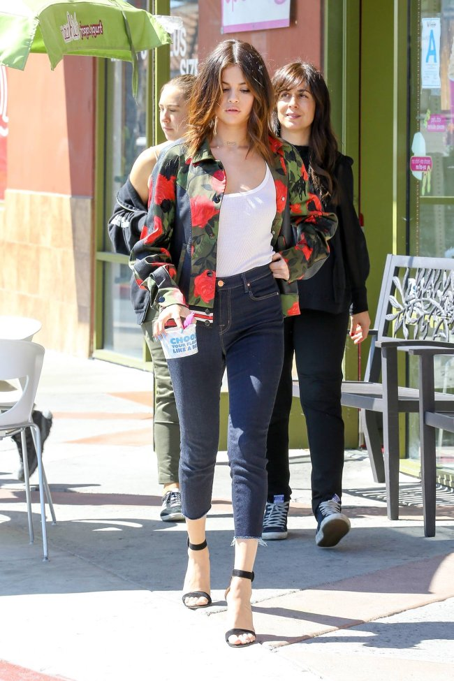 selena gomez street style jeans