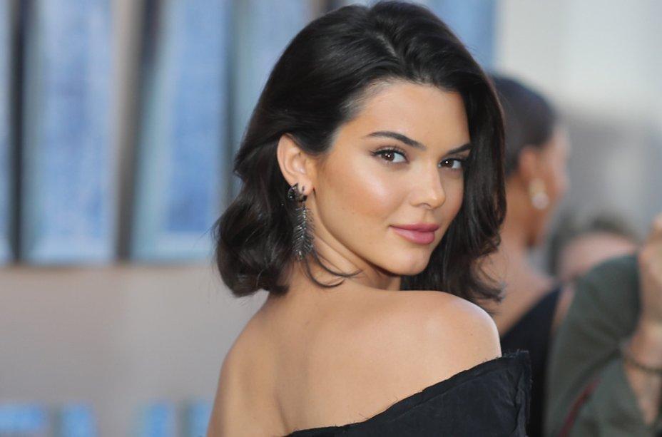 Kendall Jenner é a primeira da lista, ganhando US$ 22 milhões. A integrante do clã Kardashian-Jenner fez muito sucesso este ano, estampou capas de revistas, participou da temporada de moda e ainda lançou muitos produtos que levam seu nome.