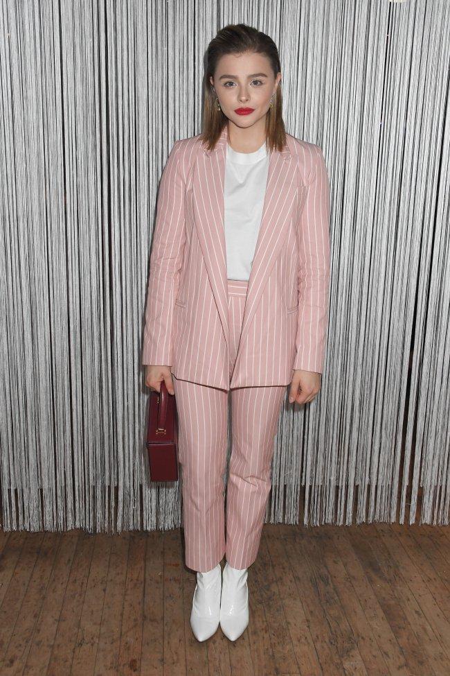 Chloë Moretz look rosa