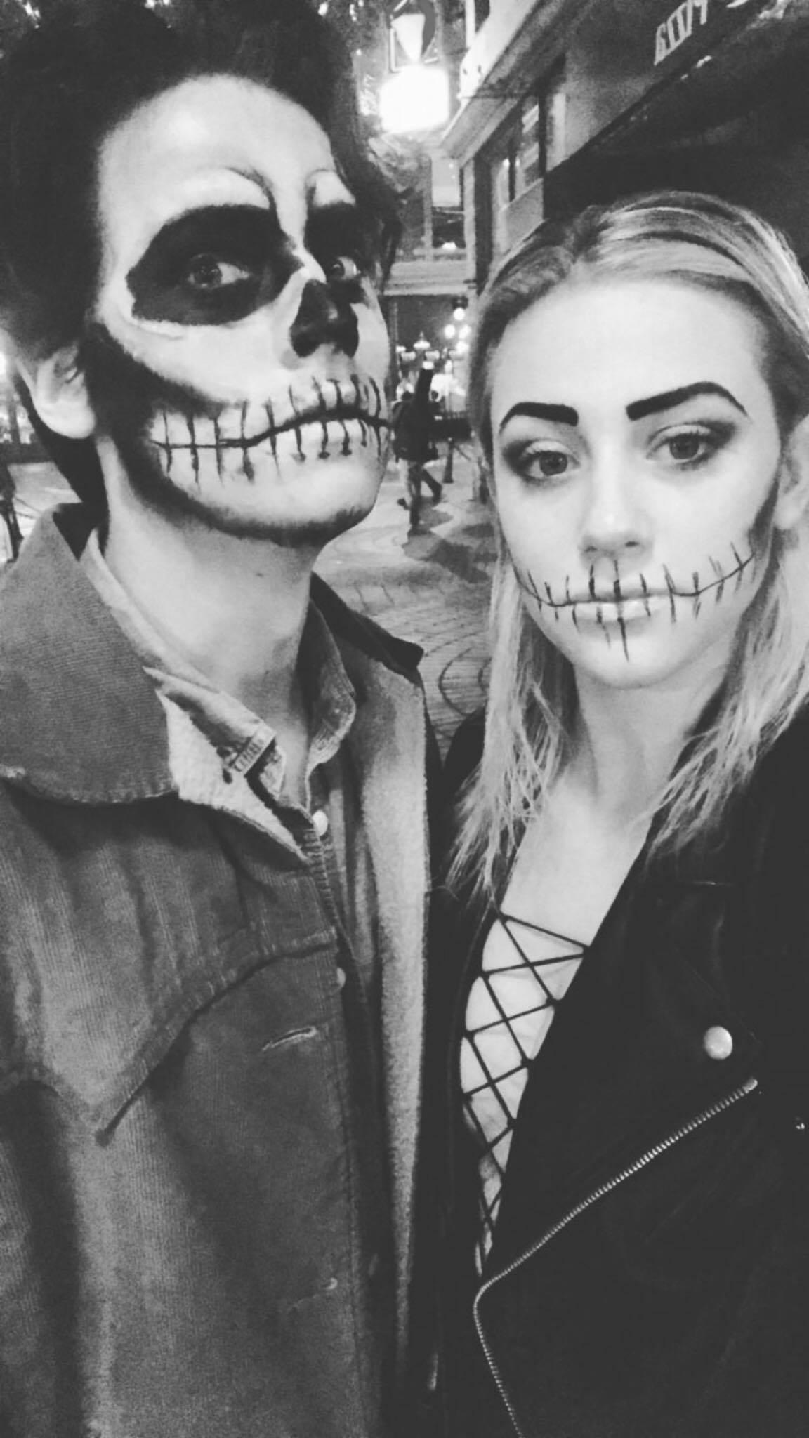 Lili Reinhart-Cole-Sprouse-usam-fantasias-combinando-no-Halloween