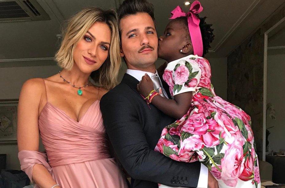 Que família! Gio Ewbank é só carinho perto de Titi, que é toda estilosa... Olha esse vestido rosa floral que ela usou no casamento da Marina Ruy Barbosa. Fofa!