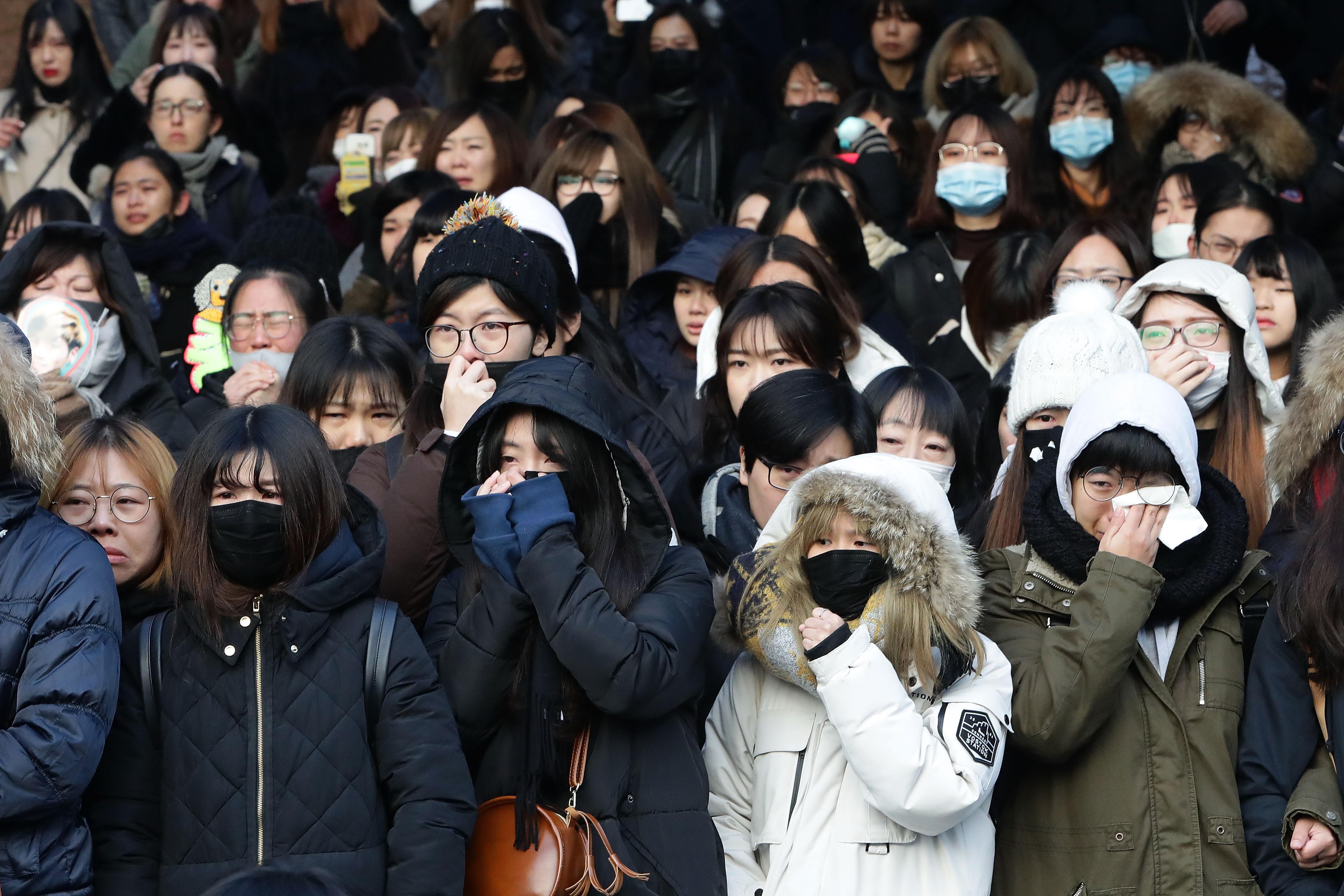 fãs-emocionados-no-funeral-de-Jonghyun