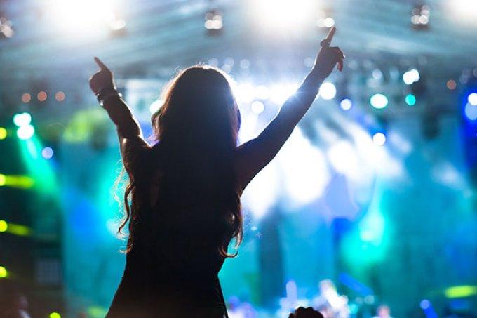 Pessoas que vão a shows regularmente são mais felizes, diz estudo