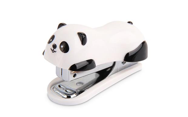 "Panda grampeador<a href=""https://yohstore.com.br/produto/mini-grampeador-panda-super-kawaii/"">Yoh Store</a> (R$ 46,90*)."