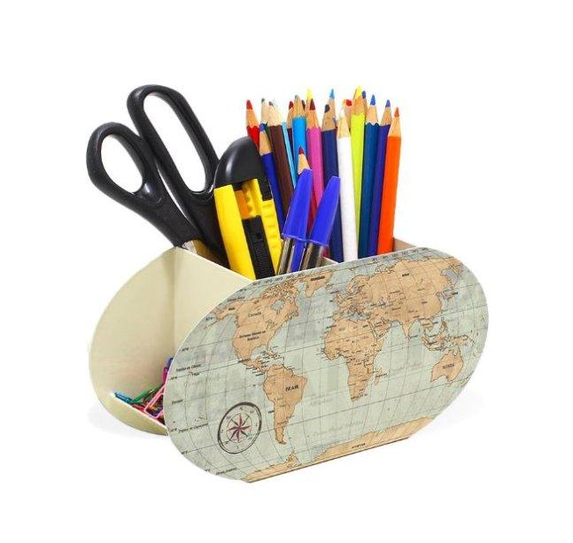 "Porta-lápis <a href=""https://www.mimeria.com.br/porta-lapis-em-aco-mapa-mundi"">Mimeria</a> (R$ 49,90*)."