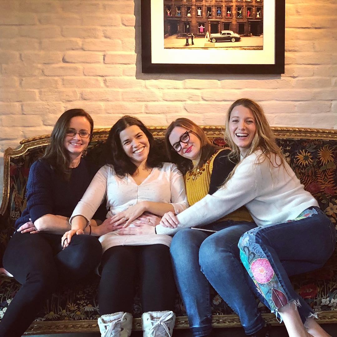 quatro-amigas-e-um-jeans-viajante-celebram-gravidez-america-ferrera