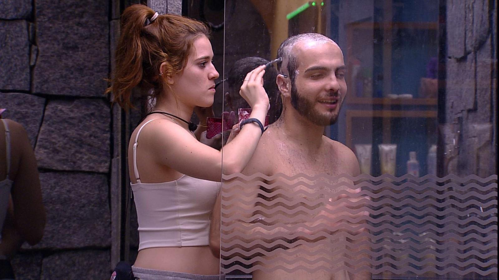 ana-clara-ajuda-mahmoud-a-raspar-o-cabelo