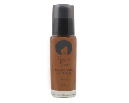 """A base líquida da<a href=""""http://www.negrarosaloja.com.br/"""">Negra Rosa</a> (R$ 39,90*) tem um diferencial. Ela foi lançada especialmente para garotas negras. A dona da marca é a Rosângela, que é negra e mantém o blog Negra Rosa desde 2010. São 5 cores de base e a cobertura é leve."""