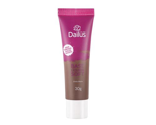 """A base líquida Soft, da Dailus (R$ 31,49*), é uma opção mais acessível e, atualmente, conta com 3 tons para negras. Para escolher o ideal, a dica da <a href=""""https://www.youtube.com/user/AlessandraJMJ"""">Francine</a> é aplicar e esperar secar """"porque ela muda um pouco quando está na pele""""."""