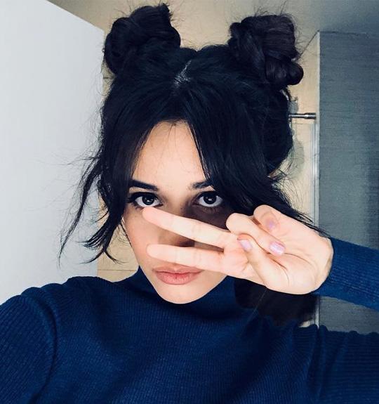 camila-cabello-penteados-space-buns