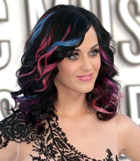 No VMA de 2010, a cantora trouxe um pouco de cor com mechas azuis e rosas