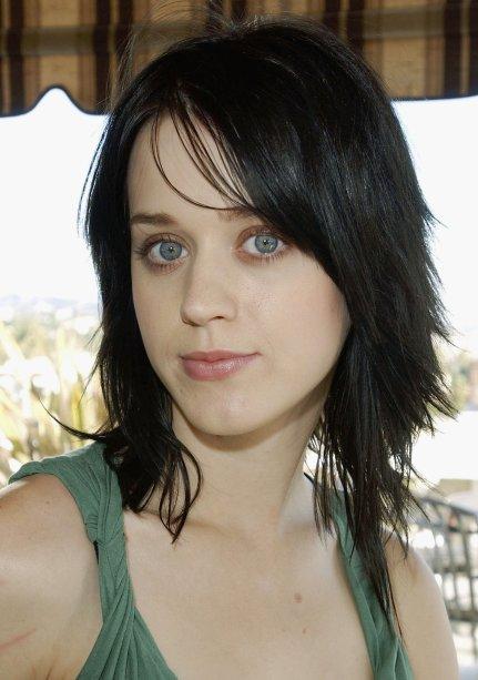Em 2004, Katy ostentava um cabelo preto todo repicadinho - e ficou por um bom tempo com o look
