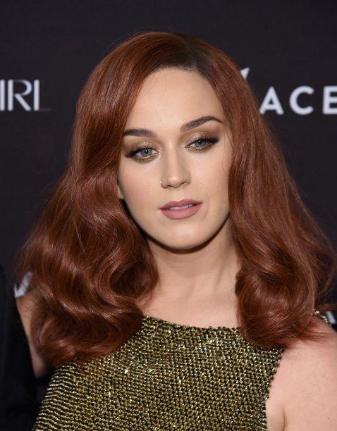 Ruiva? Check! A cantora investiu em uma peruca avermelhada em setembro de 2015