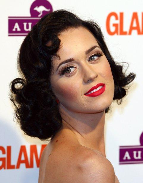 Oi, tesoura! Em junho de 2009, Katy apareceu com o cabelo na altura dos ombros