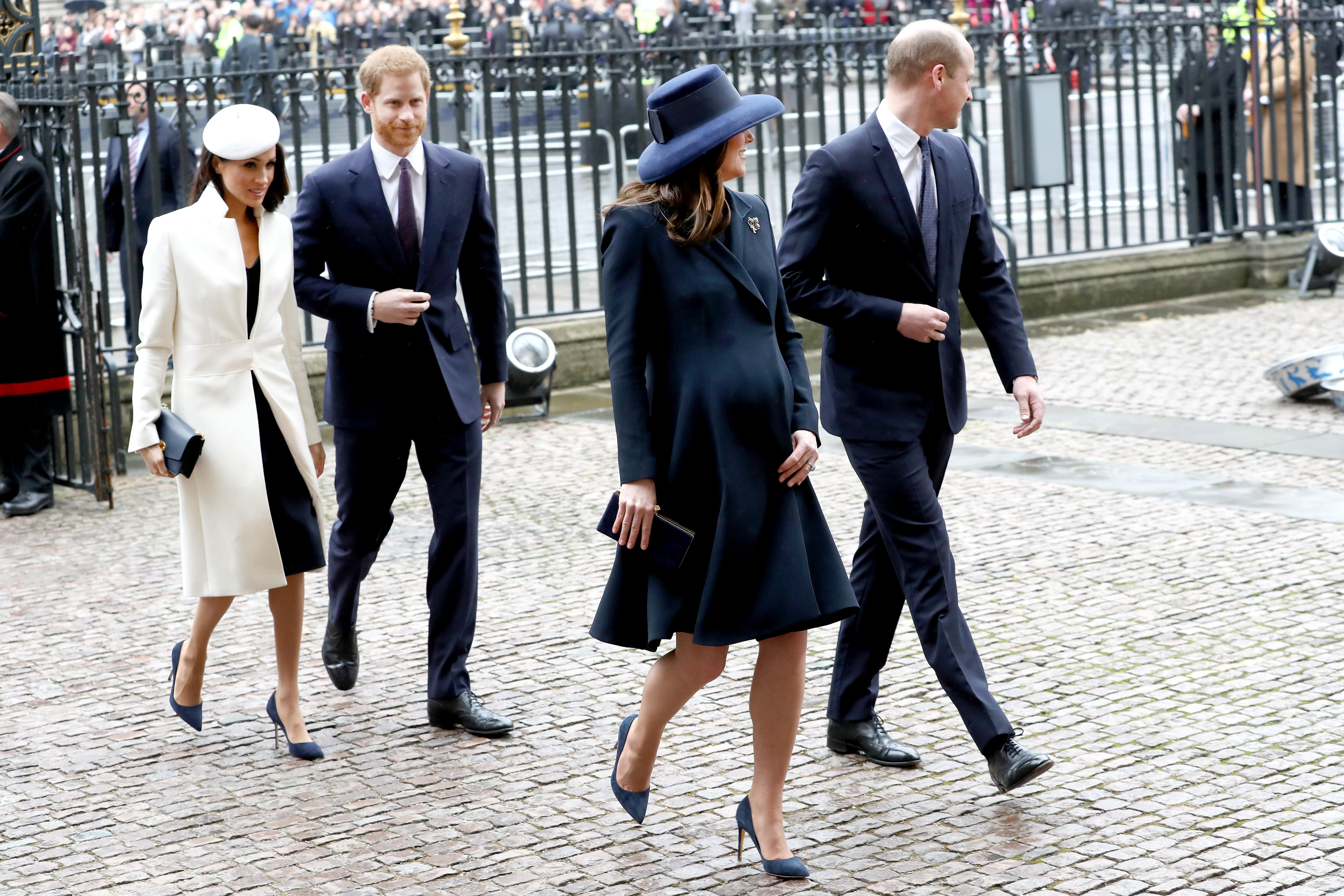 Kate Middleton e Meghan Markle costumam apostar em looks de cores sóbrias
