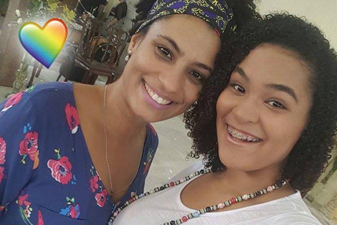 Filha de Marielle Santos faz tatuagem em homenagem à mãe