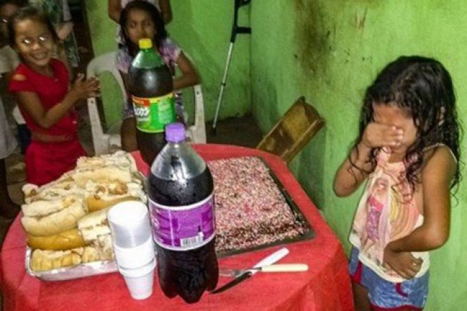 Menina de 7 anos chora ao ganhar bolo de aniversário