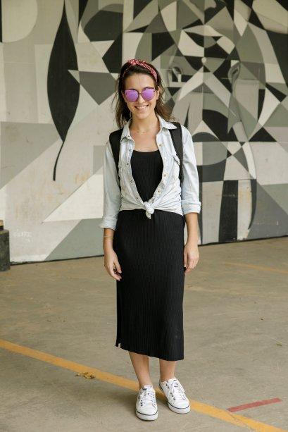 O jeans como truque de estilo também apareceu na produção da Ana Luísa dal Ponte. Ela escolheu dar um nó nas pontas da camisa jeans.