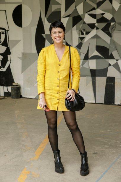 Helena Moro fez diferente e apostou no amarelo! Vestidos com meia calça são ótimas escolhas para o inverno.