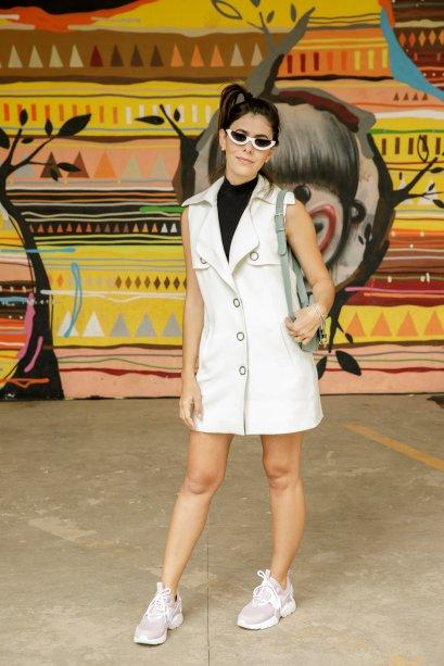 Duas tendências polêmicas no look da Milka Elys: ~tênis feio~ e minióculos!