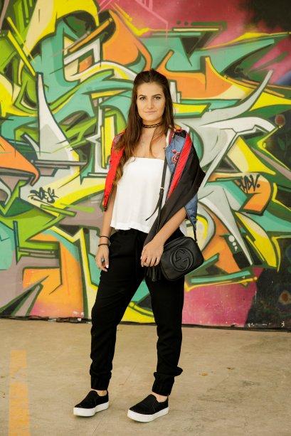 Marina Botequio escolheu um truque para bombar o look mais básico: jaqueta encaixada nos ombros.