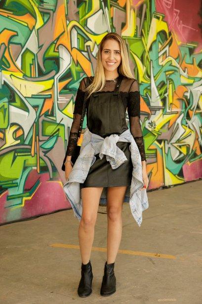 O look pretinho da Luiza Pinato ganhou um diferencial por conta dos tecidos escolhidos: transparência na blusinha e jardineira de couro.