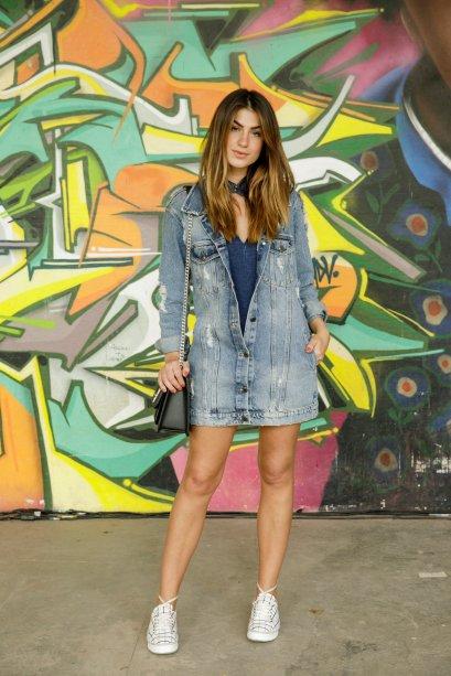 A aposta no jeans é certeira! Mary Nuernberg deixou a jaqueta oversized meio fechada e o look ficou parecendo um vestido. Truque de estilo!