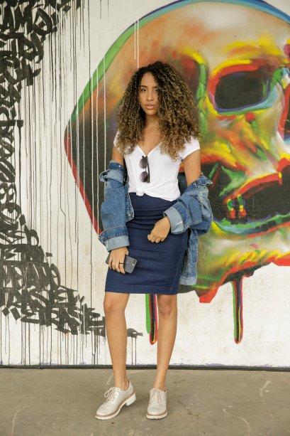 O clássico total jeans apareceu no visu da Ana Paula Soares. Com saia lápis e jaqueta destroyed, apenas uma blusinha branca completou o look.