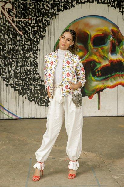 Awa Guimarães mostrou muito estilo com a calça amarrada na sandália de tiras. O look clarinho ficou bem divertido com a jaqueta estampada <3