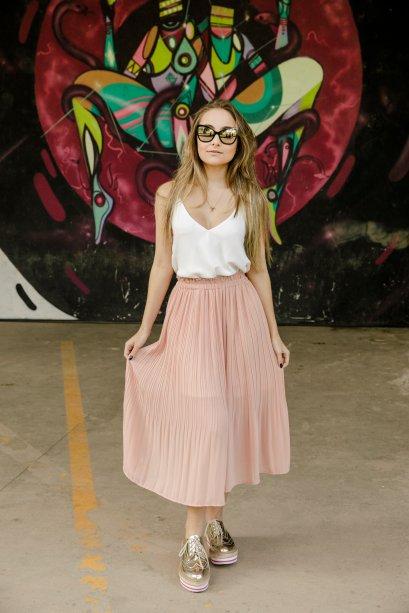 Tons pastéis dão um toque mais glam quando combinados com branco. A Gabrielle Acir escolheu uma calça plissada que parecia uma saia mídi!
