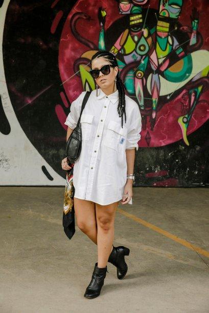 Marina Bernardo usou a pochete encaixada no ombro. O acessório ficou cool com a camisa oversized.