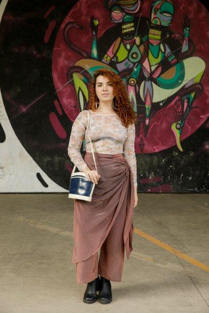 Marina Acrina usou uma blusa com transparência e estampas. Combinou súper com a calça mais larguinha