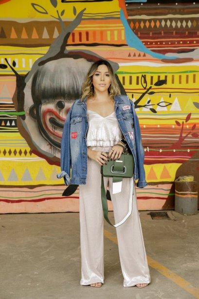 Karen Praxedes também se jogou no truque da jaqueta nos ombros. Aqui, o jeans deixou o look mais street já que o macacão é mais glam.