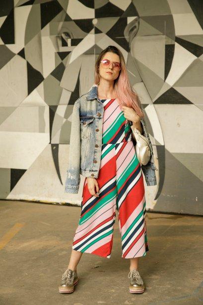 O macacão colorido é uma única peça coringa. Marcella Fadel ainda colocou a jaqueta jeans nos ombros como um truque de estilo.