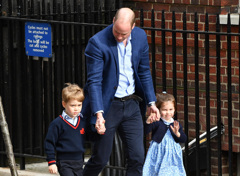 Príncipe William leva seus filhos, príncipe George e princesa Charlotte, para conhecerem seu novo irmãozinho