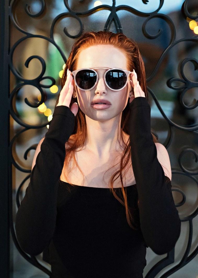 madelaine-petsch-óculos-de-sol