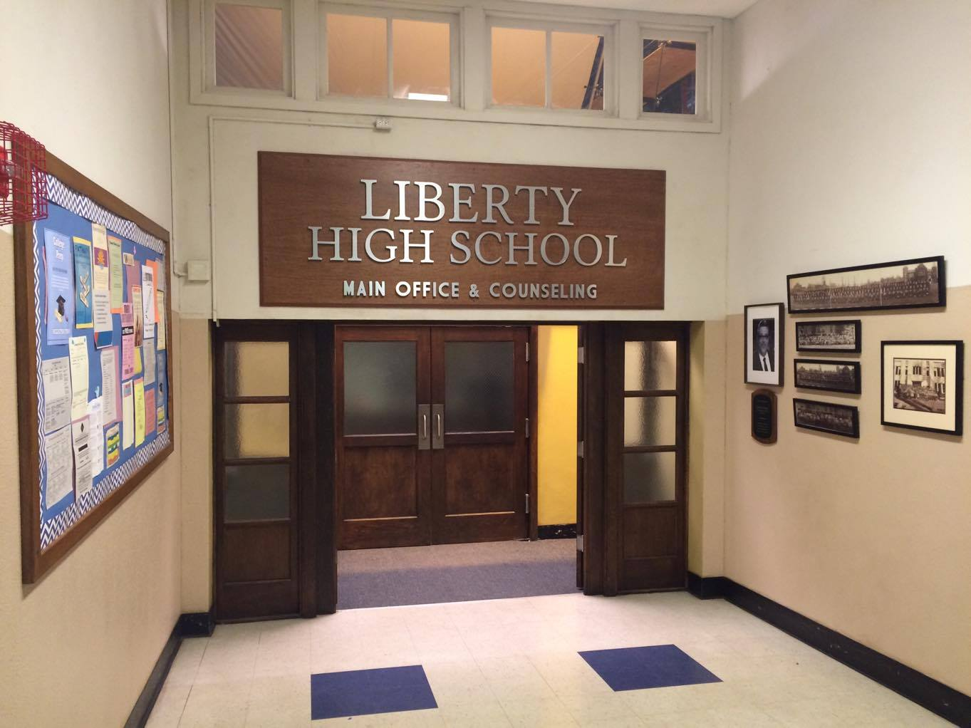 Detalhe do corredor do Liberty High School