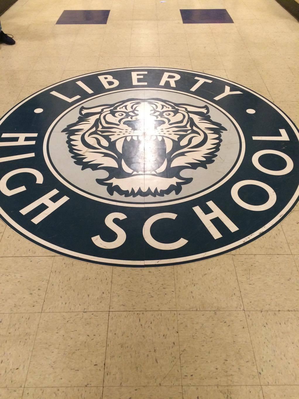 Um dos corredores da Liberty High School