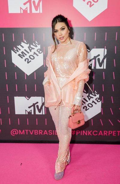 Muito brilho no visu da Fla Pavanelli no MTV Miaw 2018.