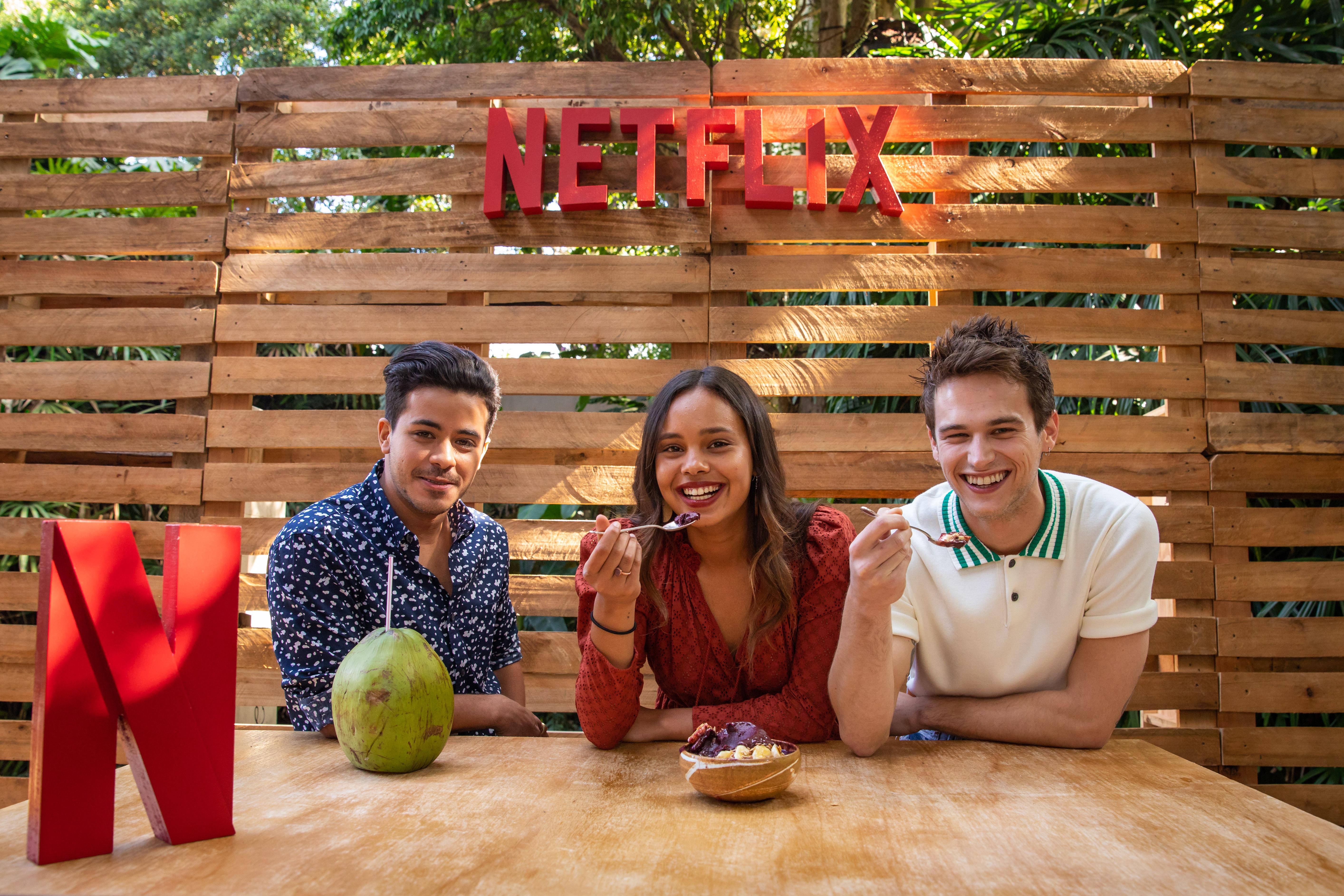 Christian Navarro, Alisha Boe e Brandon Flynn experimentaram experimentar açaí, água de coco, abacaxi e caju