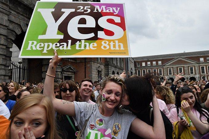 Legalização do aborto na Irlanda termina em festa: 'por Savita!'