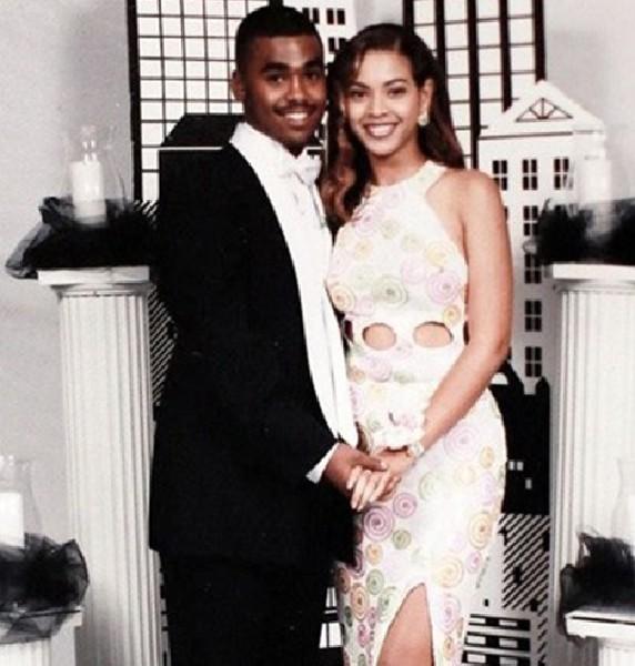 Beyoncé também usou branco, mas curtinho, com detalhes coloridos e alguns recortes.
