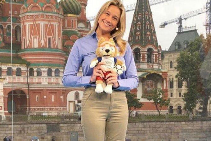 """Fernanda Gentil brinca com chefe na Rússia: """"Acho que mereço um aumento"""""""