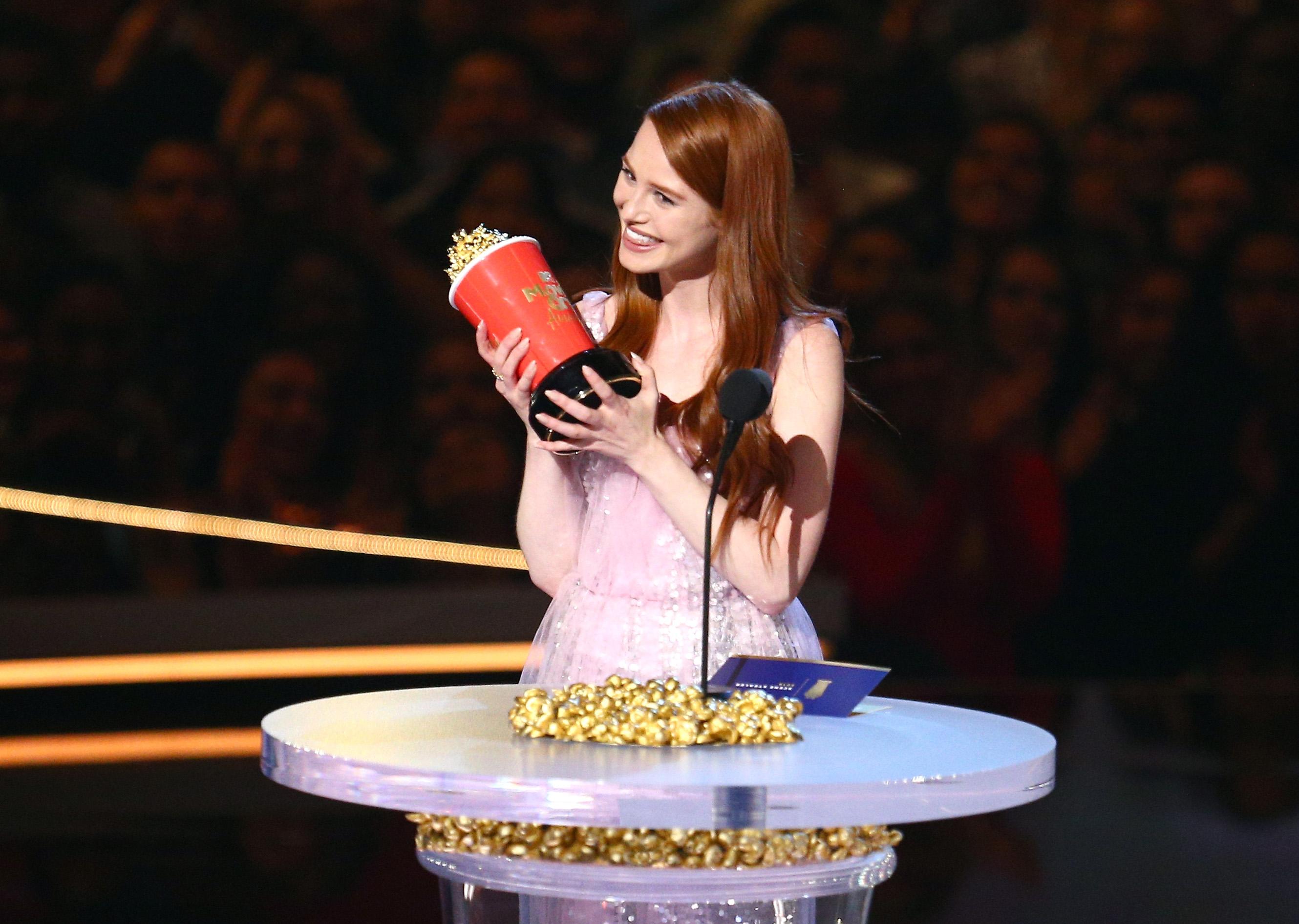 2018 MTV Movie And TV Awards - Madelaine Petsch aceitando o prêmio de 'Quem Rouba a Cena'