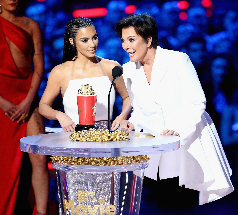 2018 MTV Movie And TV Awards - Kim Kardashian e Kris Jenner aceitando o prêmio de Melhor Reality Show