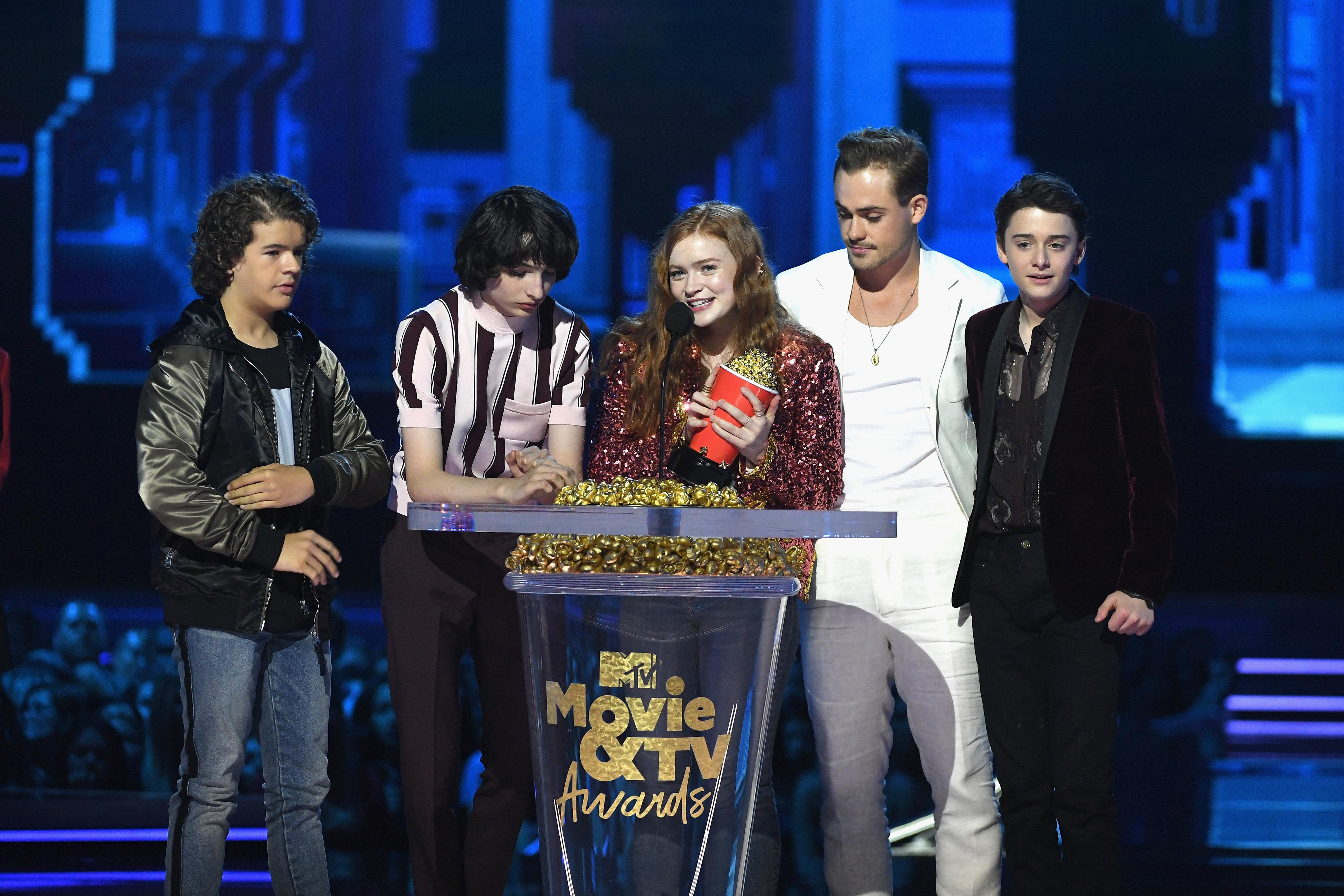 2018 MTV Movie And TV Awards - Gaten Matarazzo, Finn Wolfhard, Sadie Sink, Dacre Montgomery, e Noah Schnapp representando Stranger Things como 'Melhor Série'