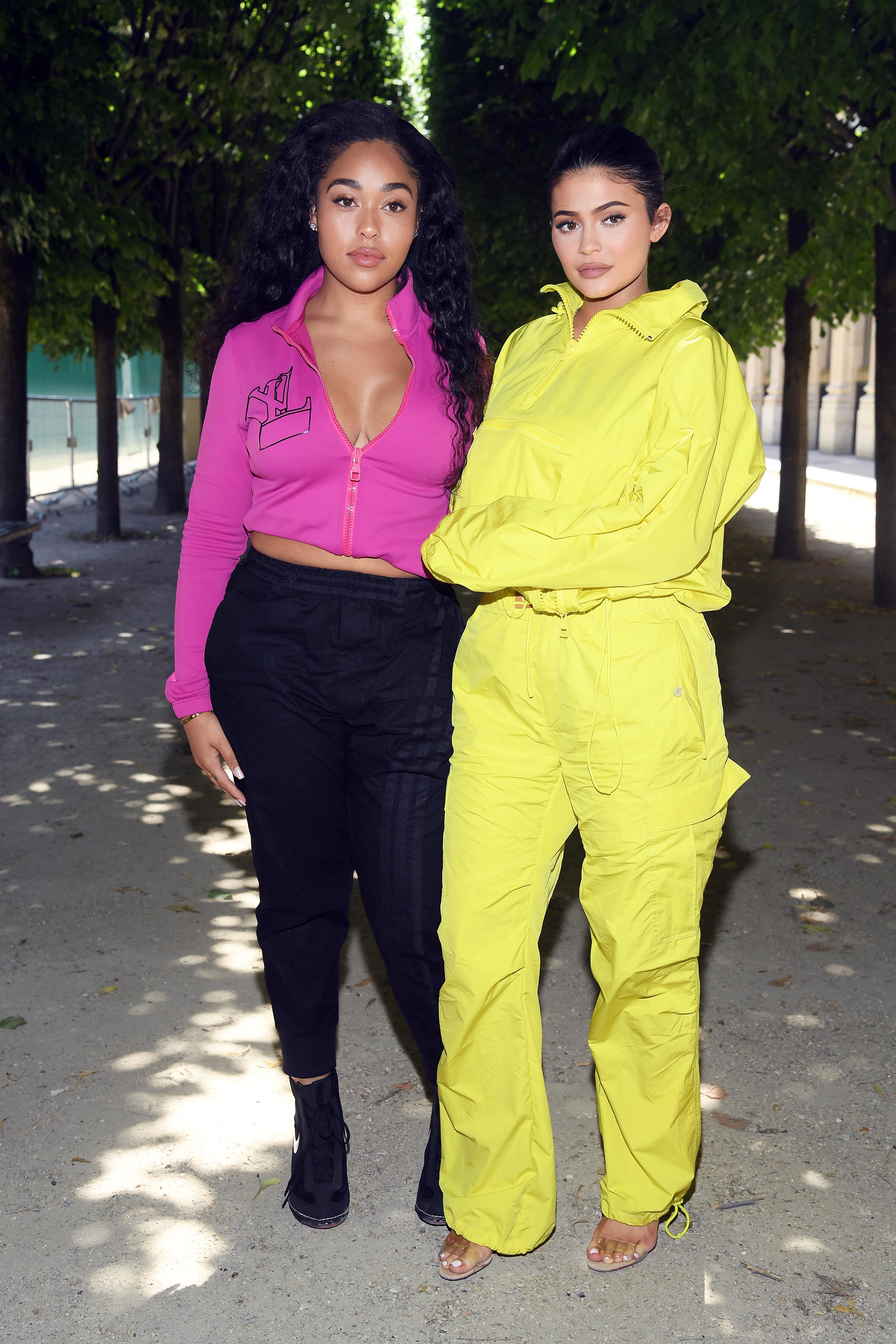 Kylie Jenner com a amiga Jordyn Woods no desfile masculino da Louis Vuitton.
